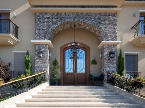 תכנון וילת יוקרה עם חזית בית העשויה מאבן