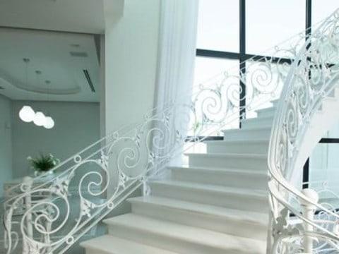מדרגות בבית יוקרתי יפה במיוחד