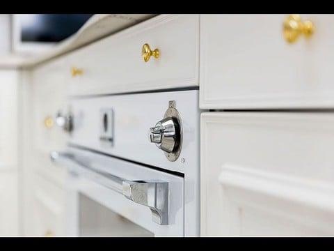 ארונות מטבח הצבע לבן עם תנור בצבע לבן