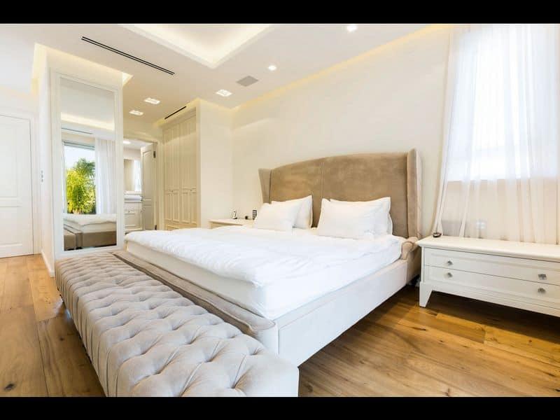 חדר שינה בעיצוב ייחודי בשילוב שזלונג ענקי לעיצוב פנים של מלכה אדריכלים