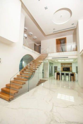 עיצוב מדרגות יוקרה מרחפות מעץ בבית יוקרתי שתוכנן על ידי מלכה אדירכלים
