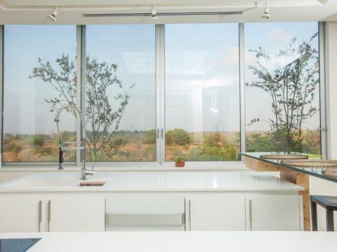 תכנון אדריכלי של מיקום מטבח מושלם מול נוף מושלם