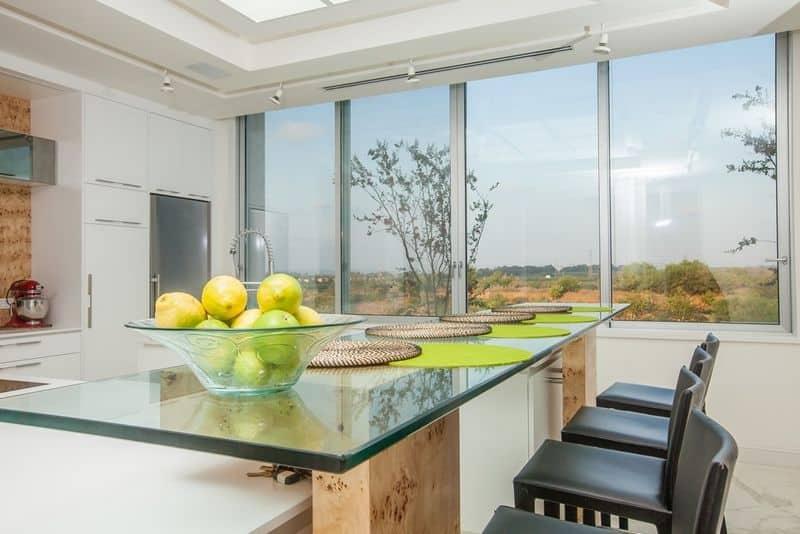 פינת אוכל יוקרתית בשילוב עץ וזכוכית באדריכלות במרכז הארץ