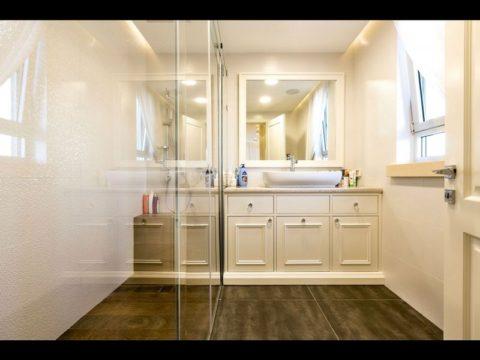 חדר אמבטיה יוקרתי עם מקלחון ענק