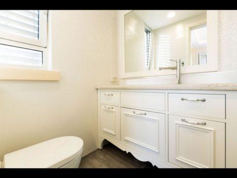 ארון אמבטיה לבן ייחודי