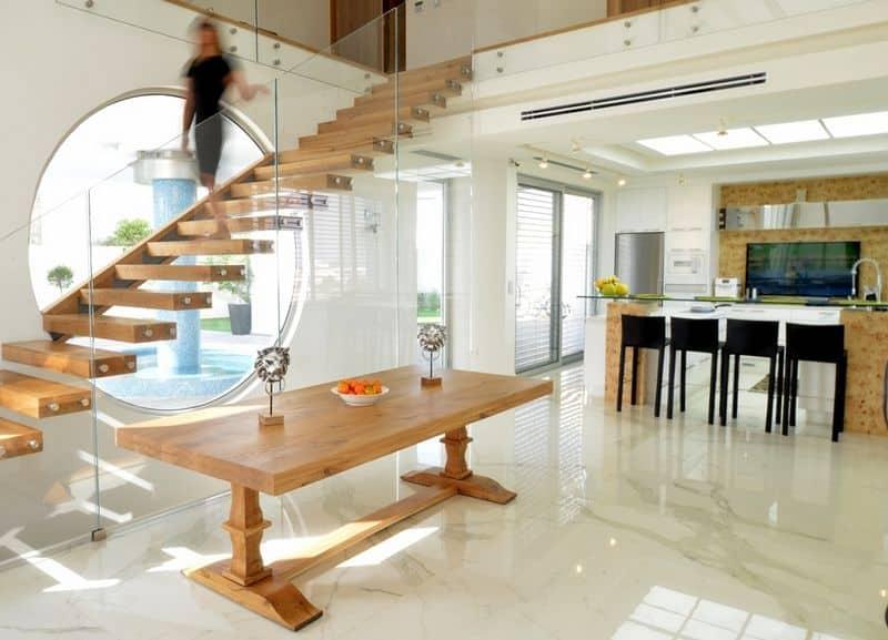 התאמת עיצוב המדרגות למראה שולחן האוכל בעיצוב פנים מקצועי