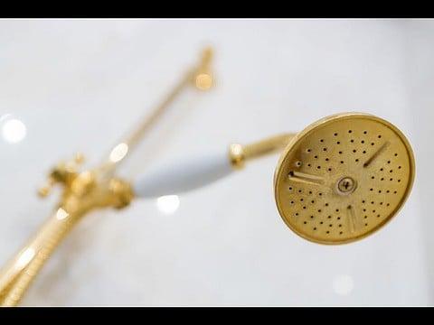 מוט מקלחת יוקרתי ומעוצב בצבע זהב