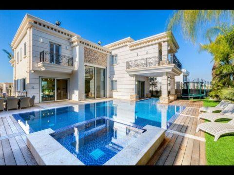 תכנון בית פרטי עם בריכה פרטית ענקית