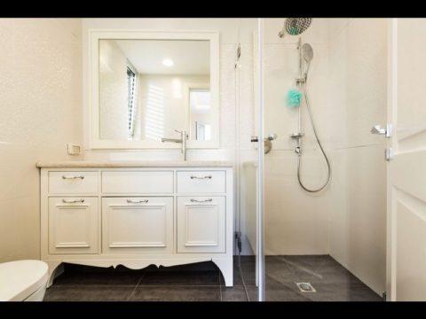עיצוב יוקרתי לארון אמבטיה לבן