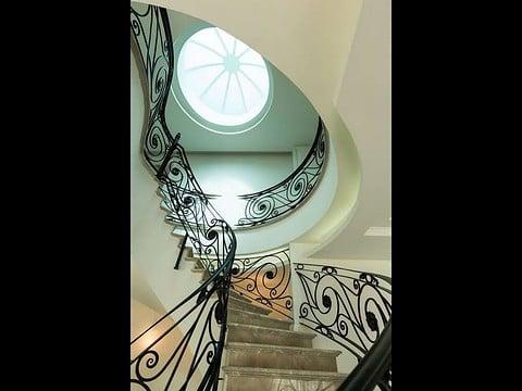 עיצוב אדריכלי של חדר מדרגות מפואר