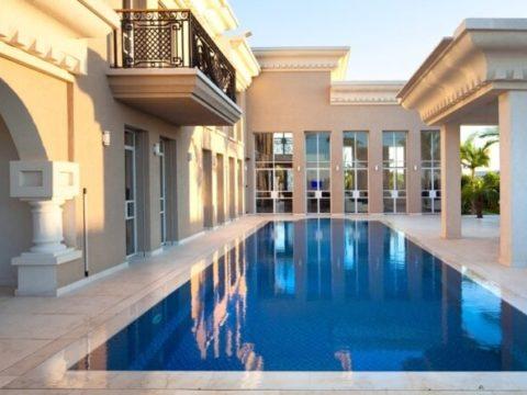 בריכה ענקית עם נוף חזית הבית בעת אדריכלות בתים פרטיים