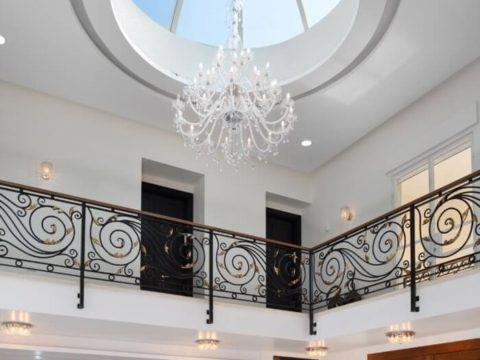 תכנון בתים פרטיים עם תקרה גבוהה וחלון זכוכית עגול לכניסת אור טבעי בסגנון רומאי