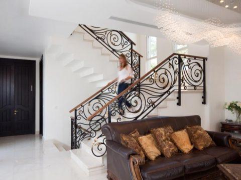 תכנון בתים פרטיים עם גרמי מדרגות מעוצבות ורצפת שיש לבנה