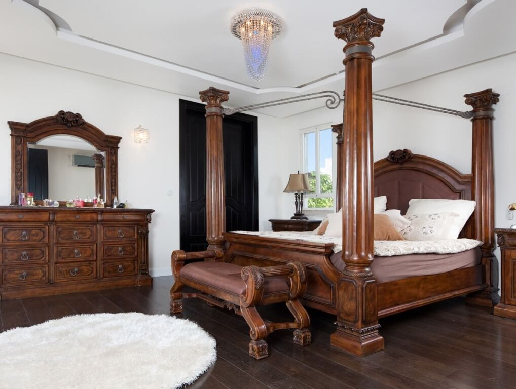 חדר שינה יוקרה עם מיטה מעץ מפוארת בוילה מעוצבת