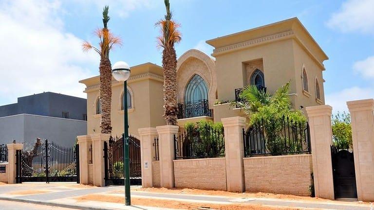 בית יוקרתי בסגנון מרוקאי עם חומות גבוהים