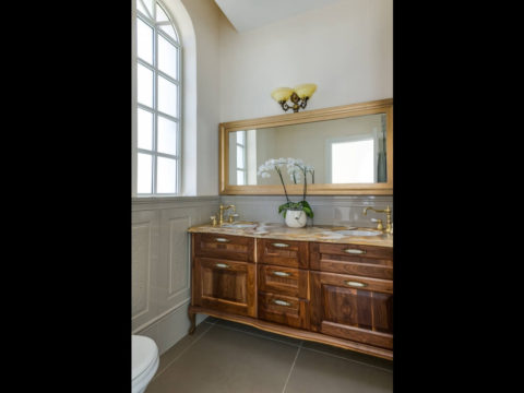 עיצוב ייחודי של ארון אמבטיה בפרויקט אדריכלי
