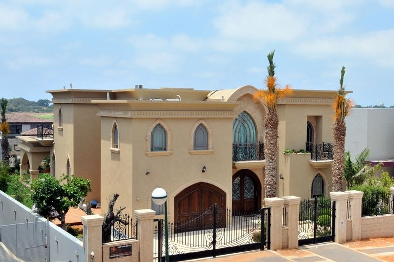 חלונות קשתיים ודלתות בהתאמה בסגנון מרוקאי