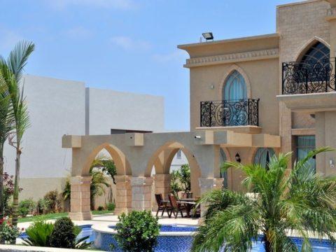 סגנון מרוקאי עיצובי אדריכלי המשלב קשתות ליד הגינה