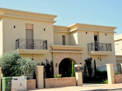חזית בית לאחר תכנון אדריכלי בסגנון כפרי