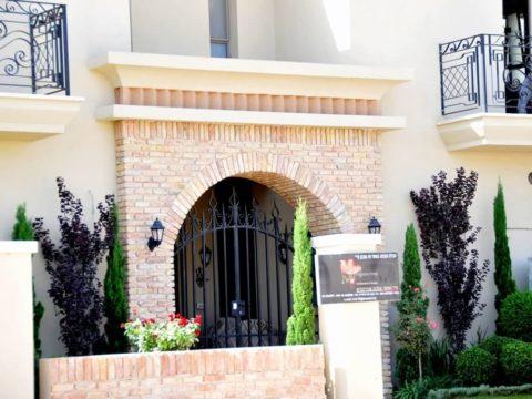 כניסה משובצת אבן בסגנון כפרי