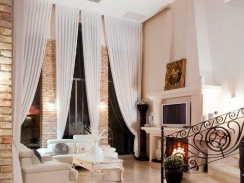 סלון עם אח ווילונות ארוכים בעת תכנון אדריכלי בתים פרטיים