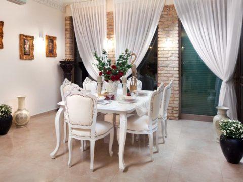 תכנון אדריכלי בתים פרטיים עם פינת אוכל מהודרת כפרית בצבע לבן