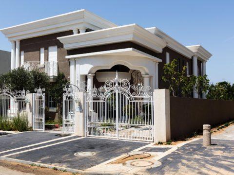 צילום כניסה ראשית לבית עם תכנון אדריכלי