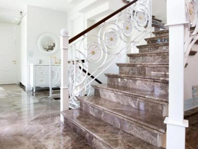 גרם מדרגות מעוצב ורצפת שיש