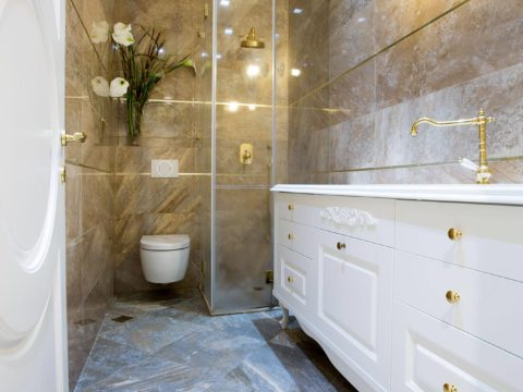 שירותים מעוצבים בצבעי זהב ולבן