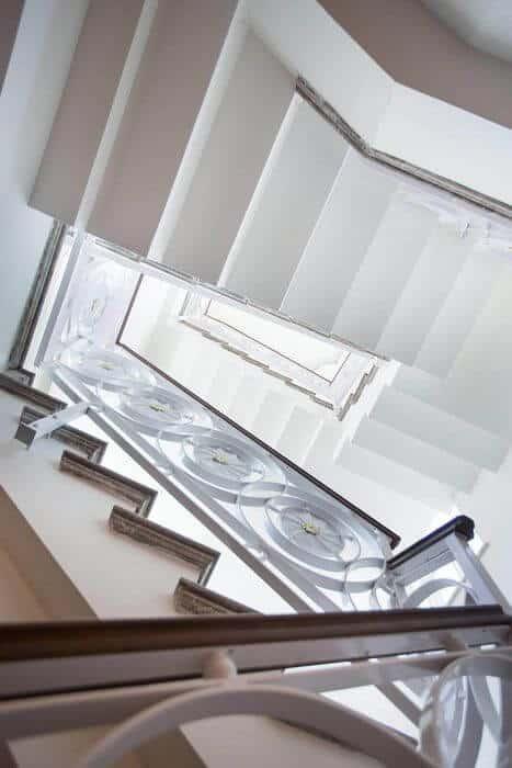 גרמי מדרגות לבנים מעוצבים בצבע לבן בשילוב עץ