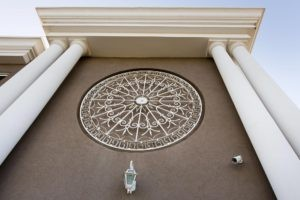 אלמנט עיצובי עם עיטורים בחזית בית בעת תכנון אדריכלי
