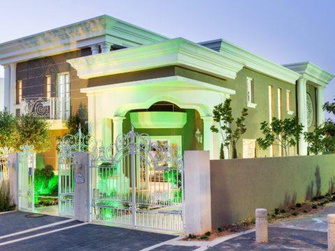 פרויקט אדריכלי מושלם של בית בגווני חום לבן בתכנון אדריכלי בתים פרטיים