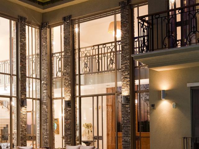 אדריכלות בתי יוקרה עם קירות בית גבוהים העשויים זכוכית