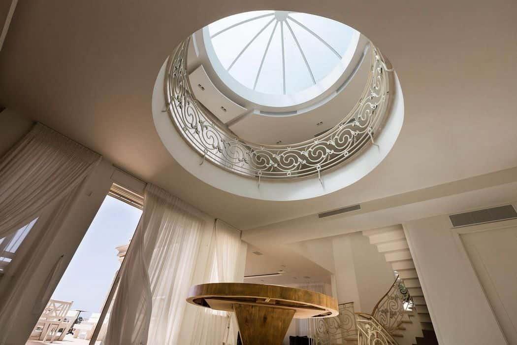 תקרה העשויה מחלון גדול לניצול אור טבעי