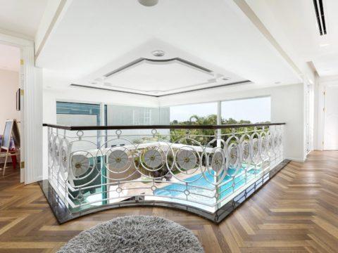 עיצובי גבס בקירות ותקרה גבוהה עם חלון גדול
