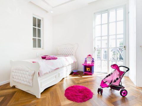 עיצוב פנים לחדר ילדות עם חלון גדול