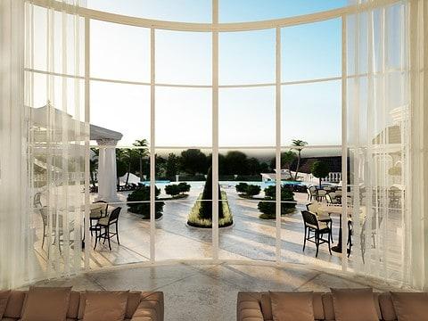 תכנון בית עם חלון גדול המשקיף לנוף
